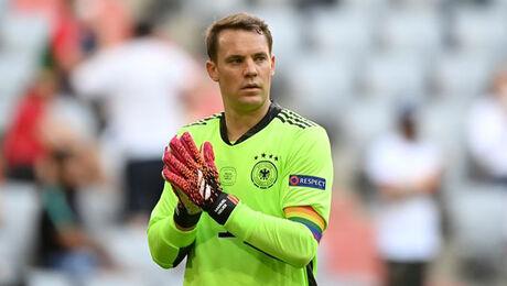Regenboogband Manuel Neuer mag blijven