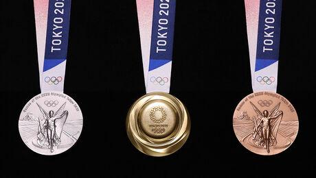 Medailles gemaakt van oude telefoons