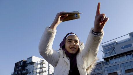 May en Malak uit Syrië vieren het sinterklaasfeest