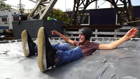 De Adriaans bouwen een trampoline van tape! 🤩